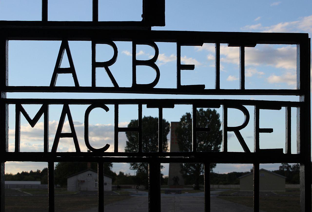 """Inschrift """"Arbeit macht frei"""" am Tor des KZ Sachsenhausen, Oranienburg"""
